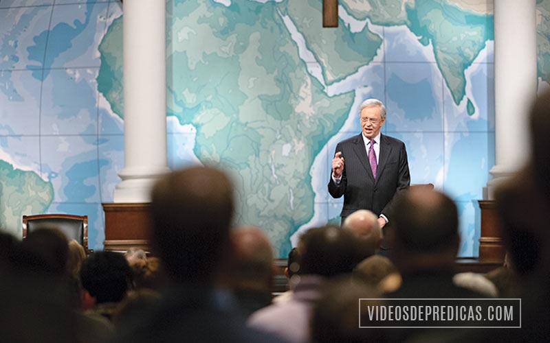 El Dr. Charles Stanley predicando el sermon en la iglesia