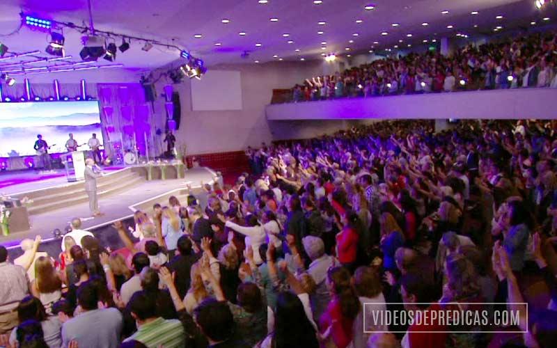 El Pastor Claudio Freidzon predica en su sermon de la obediencia, lo importante que es honrar a Dios guardando su palabra